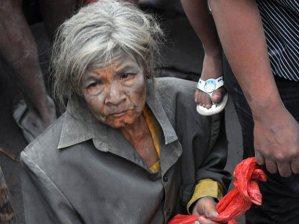 Mulher coberta de Pó na Indonésia