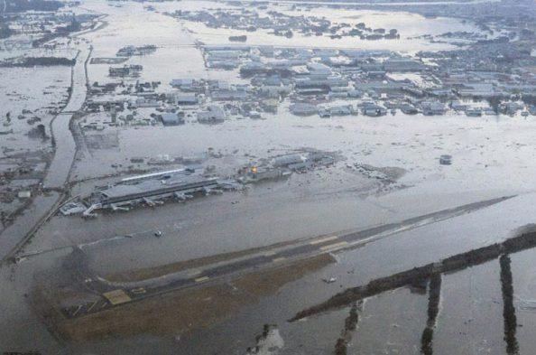 Tsunami Invade Aeroporto de Sendai